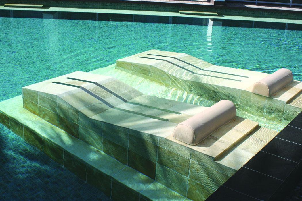 Luftsprudelliege im Pool auf Mallorca