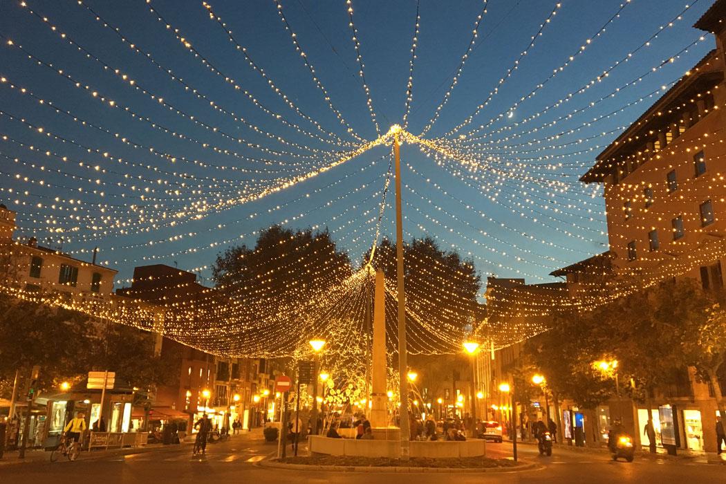 Weihnachtsbeleuchtung wird aufgehängt